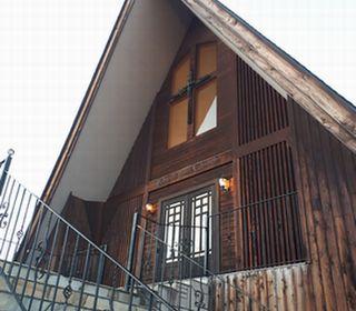"""緑豊かな、ぬくもりあふれる""""三角屋根が目印の結婚式場です。"""