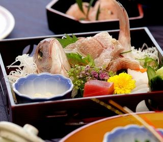 新潟県内産の食材を中心に使用したお料理と美味しいご飯を、新潟の銘酒とともにお楽しみください。