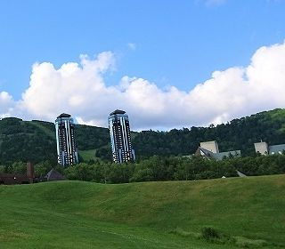 """<font color=""""gold"""">新着・更新 </font>北海道の真ん中に位置し、東京ドーム213個分(約1,000ヘクタール)という広大なフィールドを持つリゾートホテルです!"""