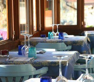 ヨーロピアンクラシカル調の高層ホテル。猪苗代湖を一望する四季のパノラマが魅力です。