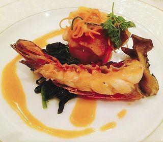 その時期にその土地の一番おいしいものを提供することにこだわり、北海道の大自然を享受した素材を活用し、独創的なイタリア料理を味わえます。