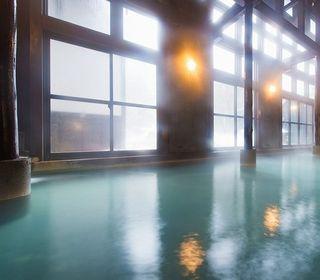 大きなガラス窓の内風呂は、四季の移ろいを感じながら入浴を楽しめる施設です。休憩スペースのラウンジやテラス、フィットネスルームを完備。